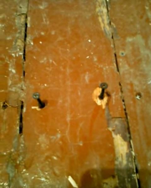 Два самореза в доску на перекрестке с лагой