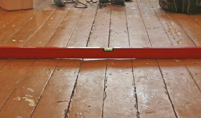 Уровень на деревянном полу